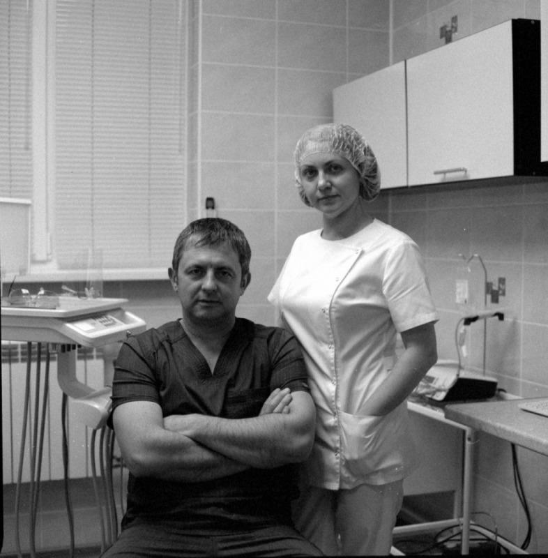 Врач-хирург стоматолог с медсестрой.